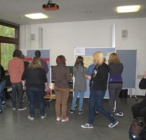 Studenten bringen Karten an der Pionwand an
